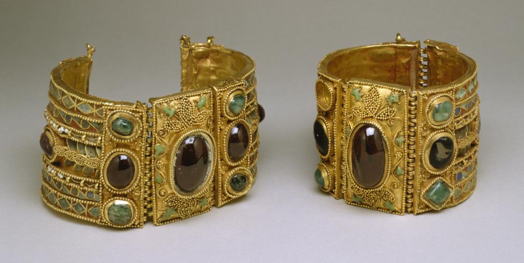 Greek_-_Bracelets_from_the_Olbia_Treasure_-_Walters_57375,_57376_-_Group