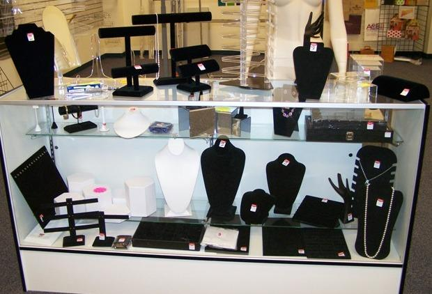 Top 3 unique ideas for jewelry display cases talk geo lifestyle jewelry display casefull solutioingenieria Images